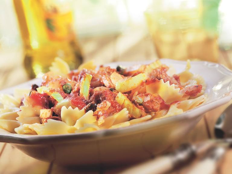 Farfalle met tomatensaus, tonijn, venkel en kappertjes