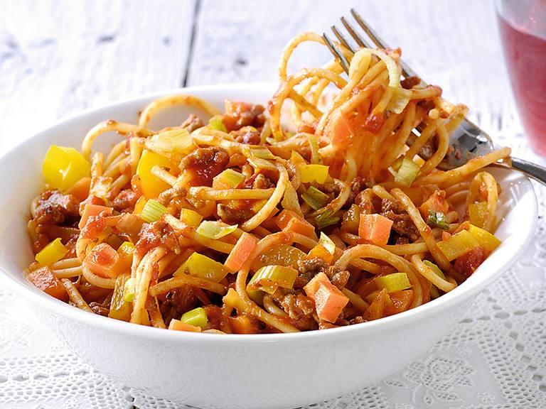 Kleurrijke spaghetti met gehakt, paprika, wortel en prei