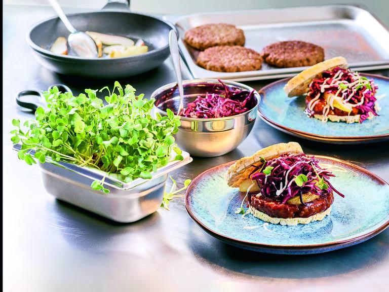 Vegetarische Hack-selig Burger mit BBQ Sauce und Rotkohl