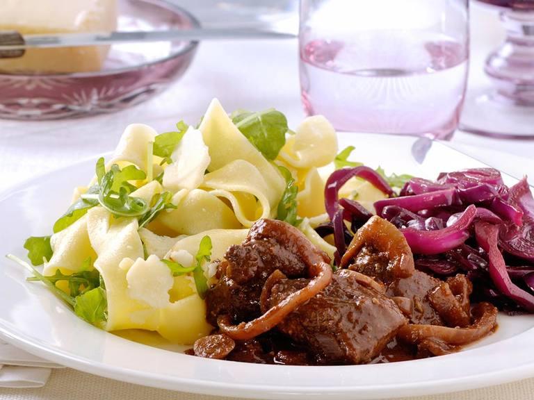 Toscaans lamsfilet met rode wijnsaus, rode kool en pappardelle