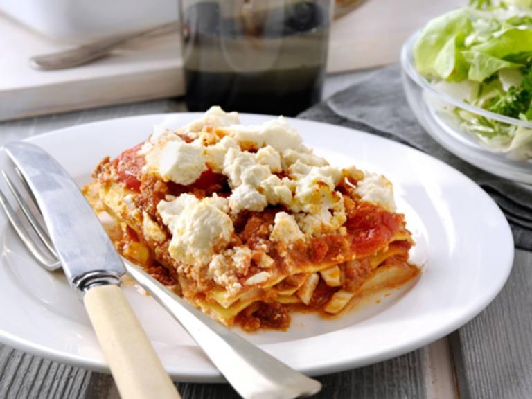 Lasagne Bolognese met venkel, ricotta en gemengde salade