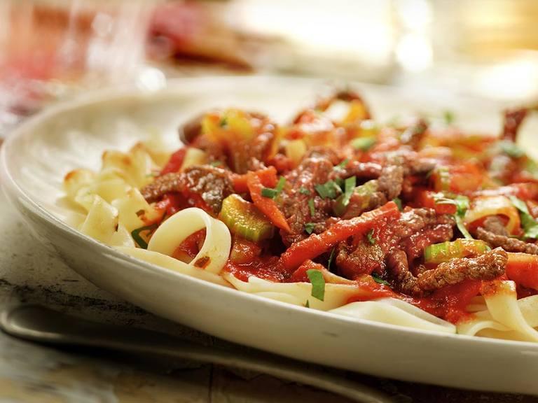 Tagliatelle met rundvlees, wortel en bleekselderij