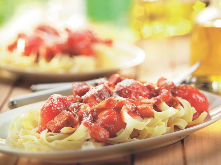Tagliatelle met parmaham, rode ui en cherrytomaatjes