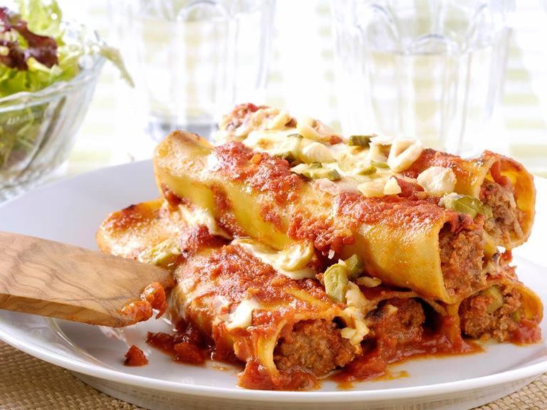 Gevulde cannelloni uit de oven met gehakt, hazelnoten en mozzarella