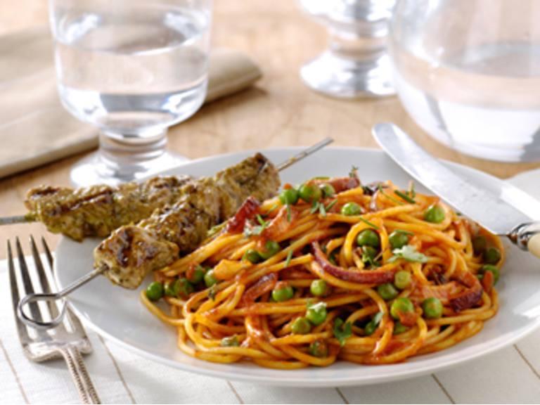 Toscaanse spaghetti met doperwtjes en spiesjes met pesto