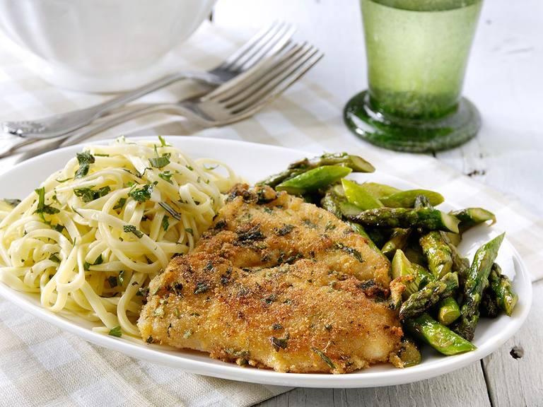Gebakken visfilet met Italiaanse kruiden, groene asperges en pasta