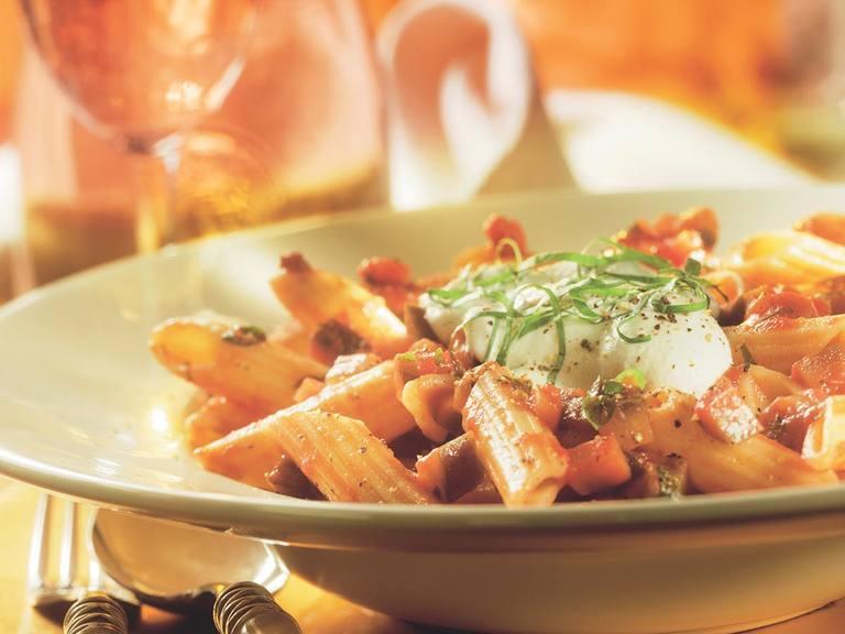Rigatoni met aubergine, pastasaus en ricotta