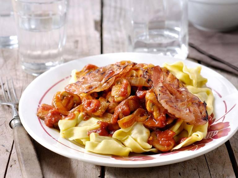 Tortelloni met kruidige paddenstoelen en knapperige bacon