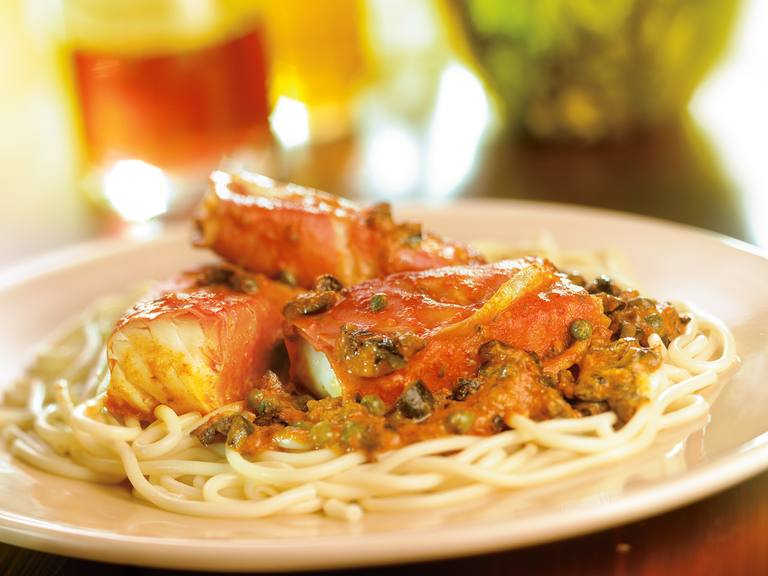 Kabeljauw met ham en pittige olijvensaus