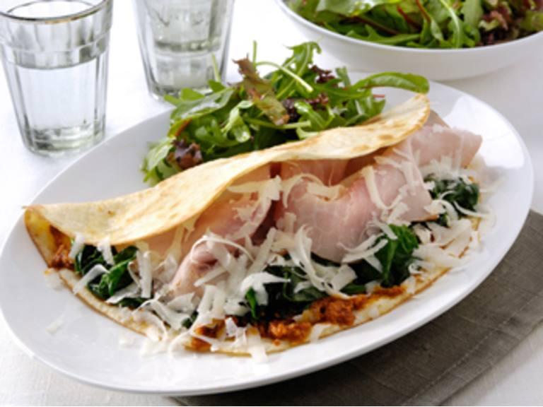 Italiaanse wrap met Pesto rosso, ham, kaas en spinazie