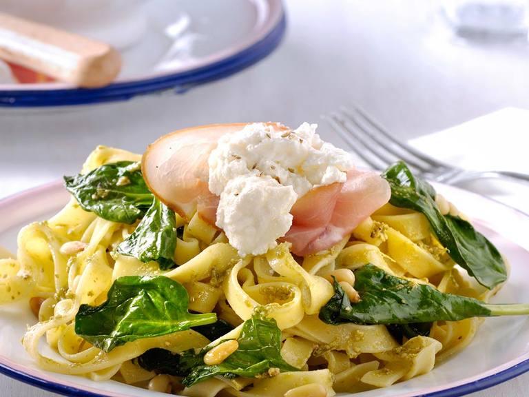Tagliatelle pesto verde met spinazie, rauwe ham en ricotta