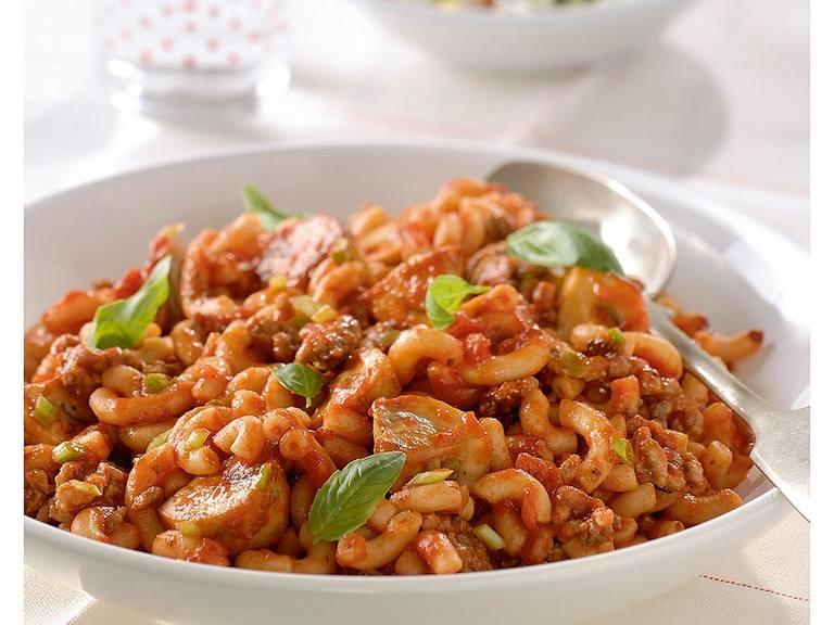 Volkorenmacaroni met kruidige pastasaus en gehakt