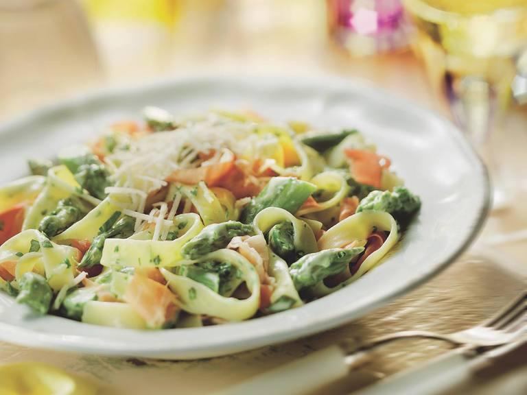 Tagliatelle met groene asperges, parmaham en groene kruiden