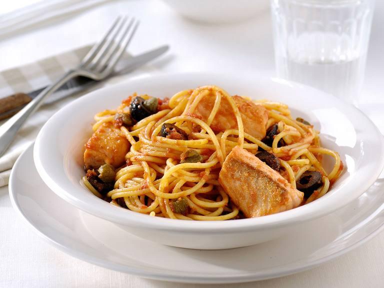 Pasta al Pescatore met een saus van zongedroogde tomaat en oregano