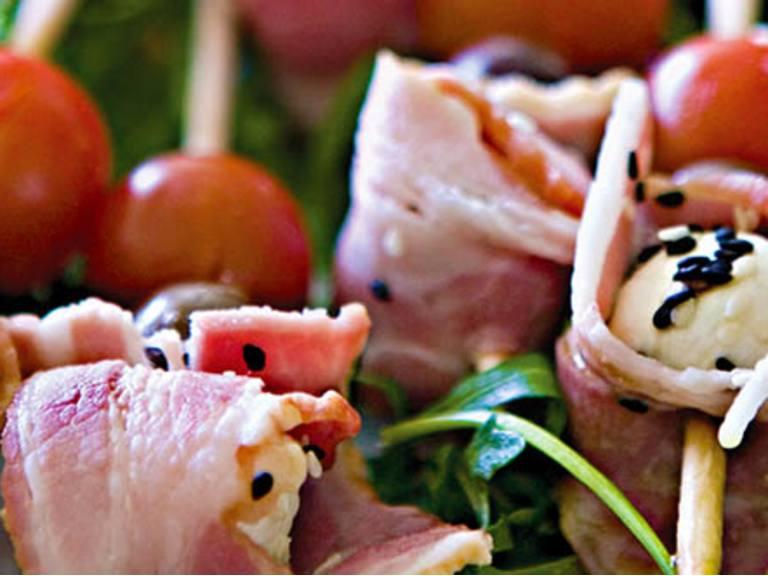 Espetadas de mozzarella e bacon