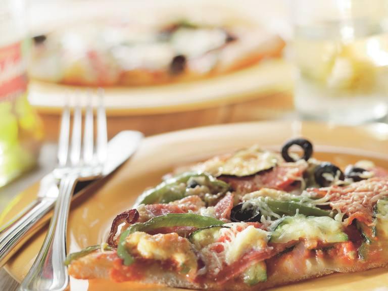 Italiaanse pizza met courgette en magor