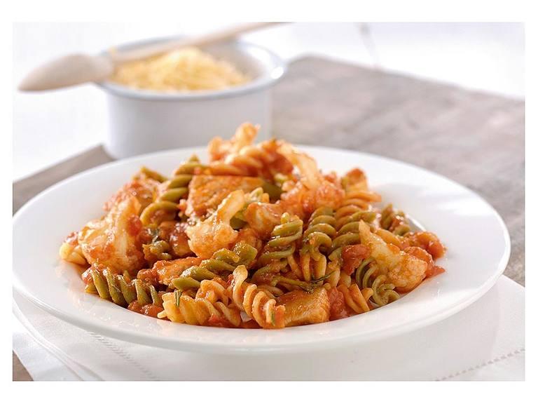 Spiraalmacaroni met kruidige saus, kalkoen en rozemarijn