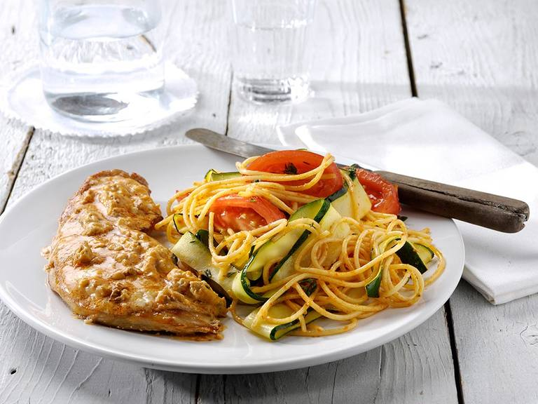 Schnitzel met pesto rosso, noten en courgette-spaghetti