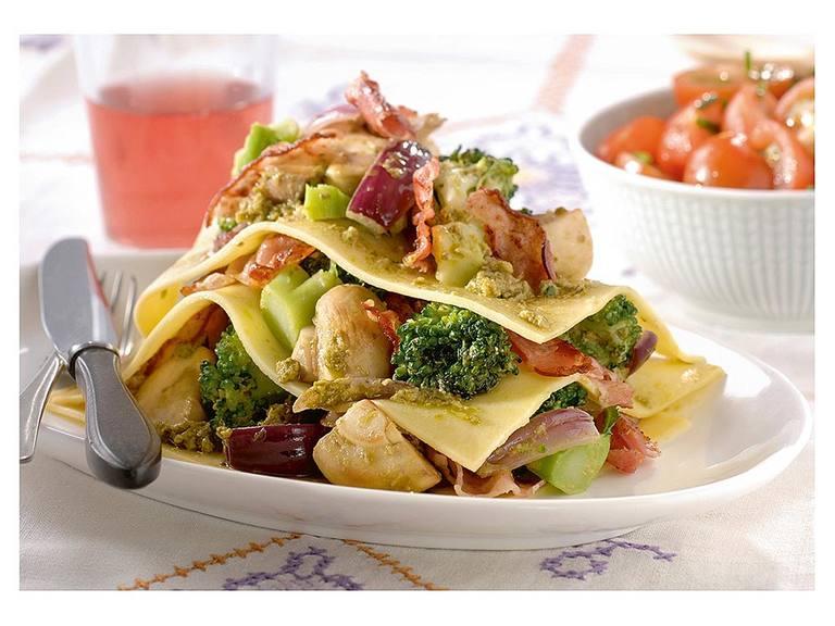 Open lasagne met pesto, champignons, rode ui en spekjes