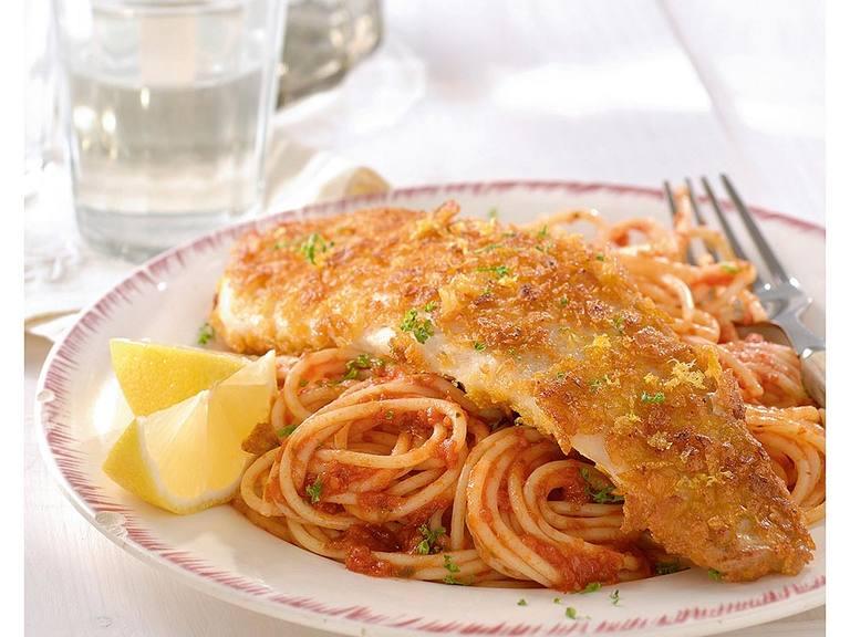 Spaghetti met zongedroogde tomatensaus en krokante visfilet