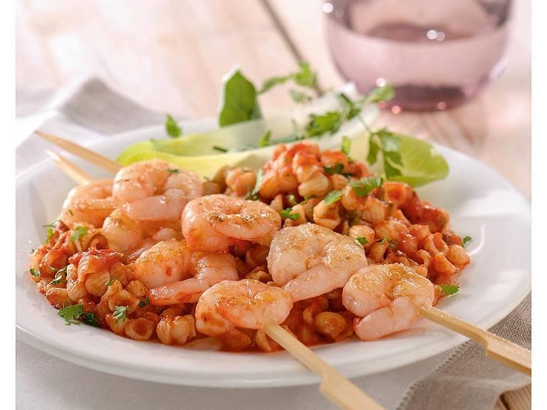Schelpjesmacaroni met pikante pastasaus en gegrilde garnalen