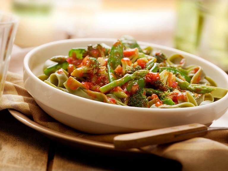 Pasta verde met asperges, broccoli, peultjes en rode ui