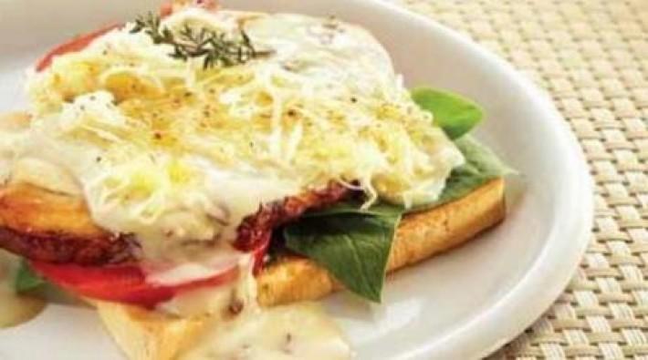 Sandwich abierto de pavo con champiñones