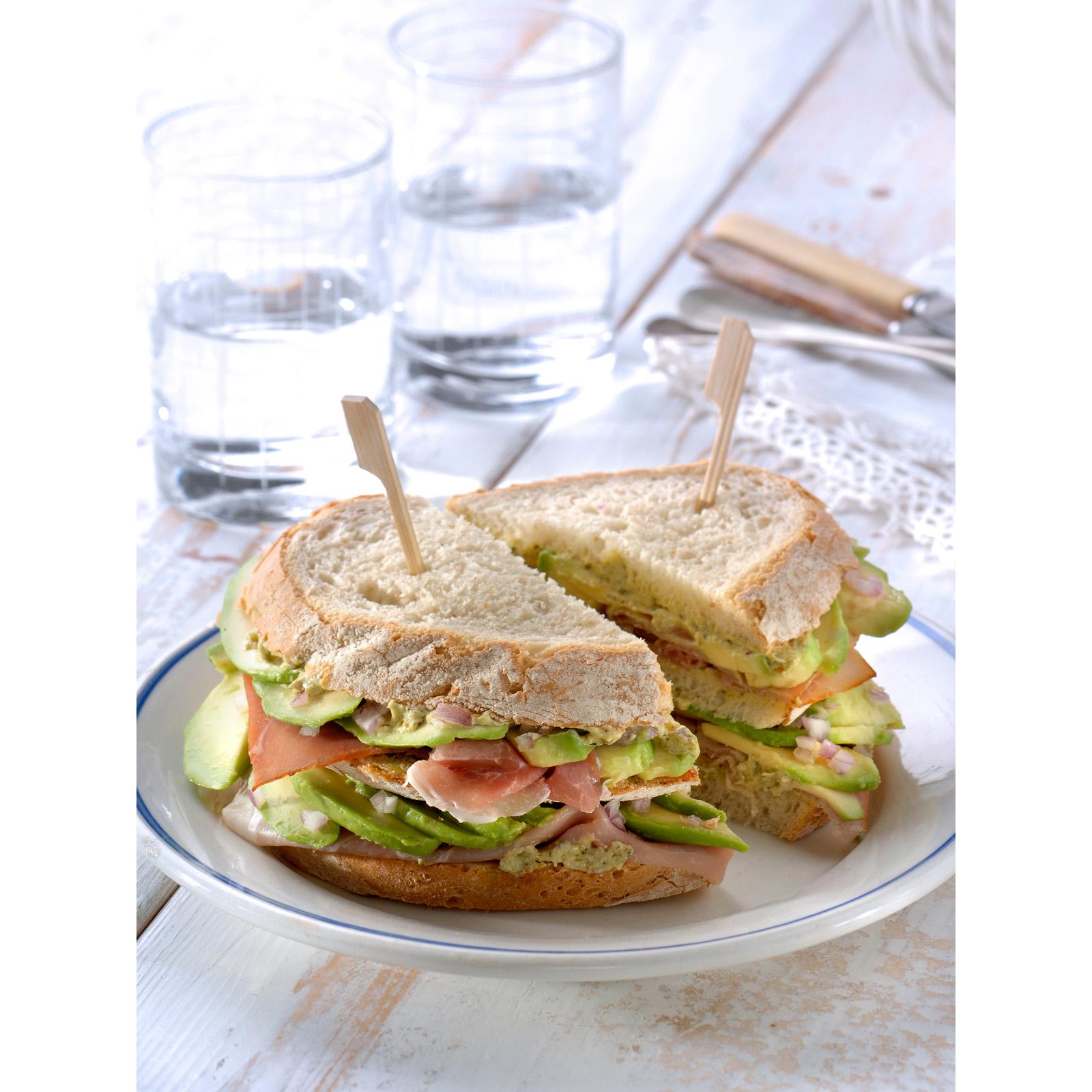 Clubsandwich met rauwe ham, avocado en basilicum