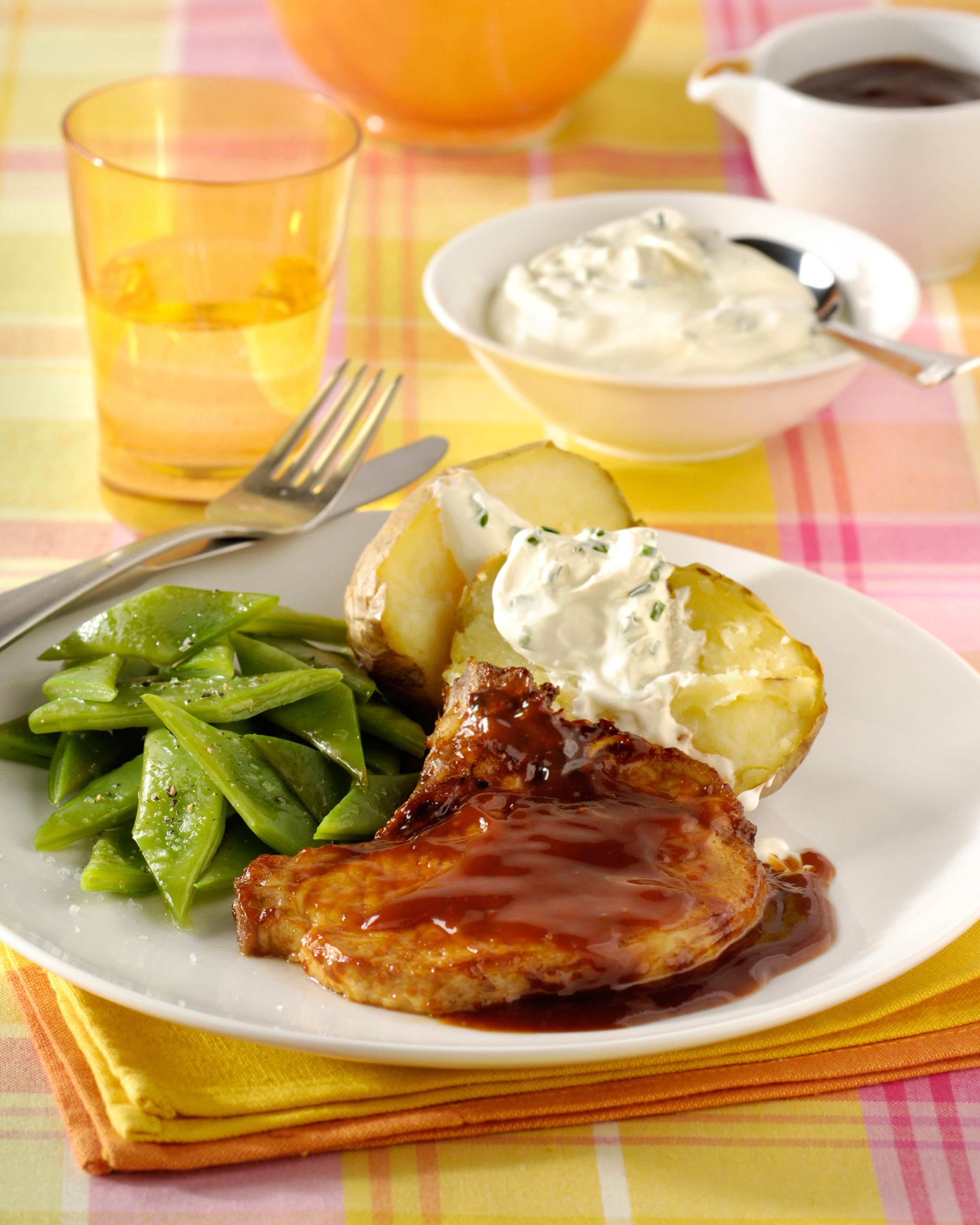Cotelettes de porc, pommes en robe des champs et haricots coupés