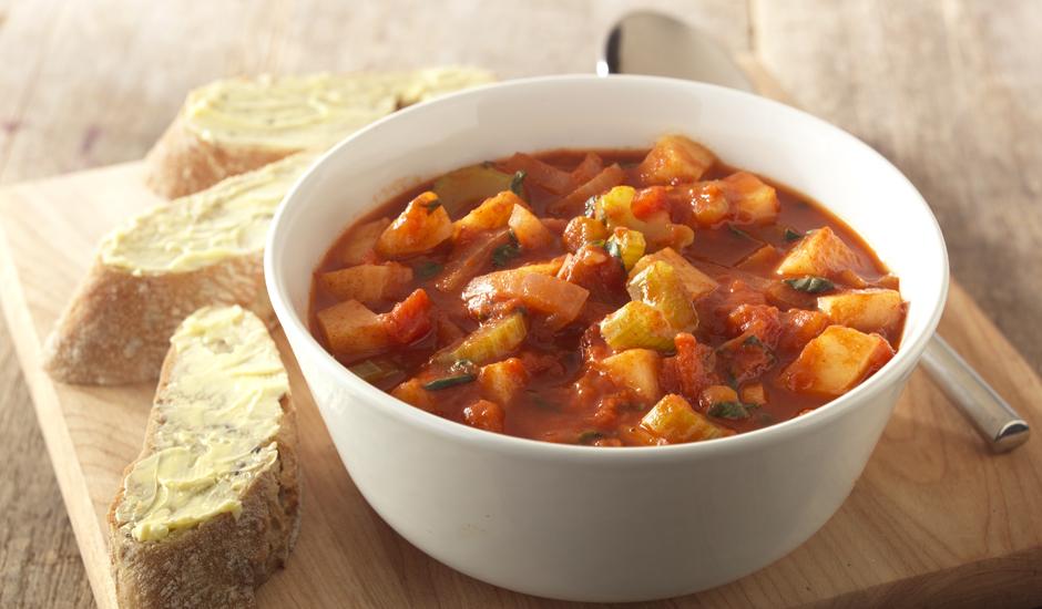Mediterrane soep van tomaat en bleekselderij