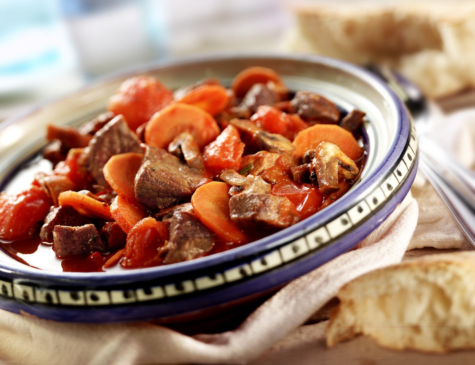 Rundvleesstoofpotje met tomaat, wortel en rode wijn