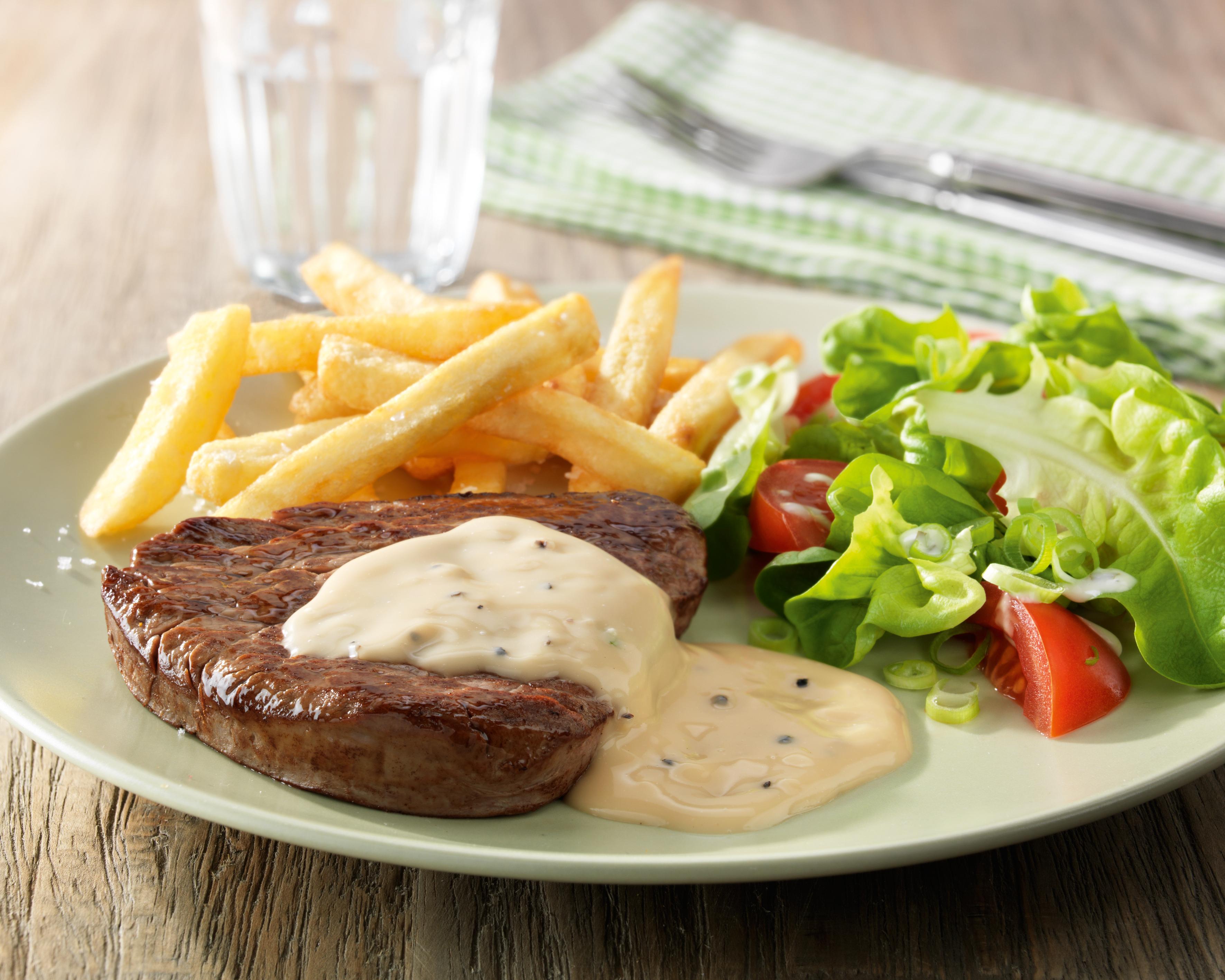 Steak met Pepersaus, gemengde salade en frietjes