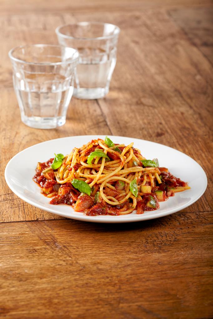 Spaghetti met kruidige tomatensaus, courgette en ui
