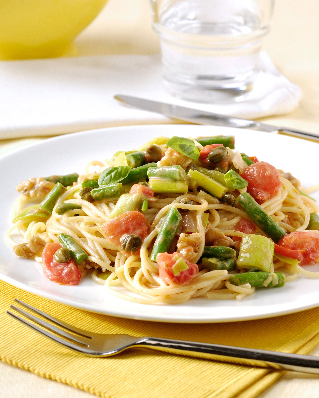 Spaghetti met verse fijne groenten, kappertjes en walnoten