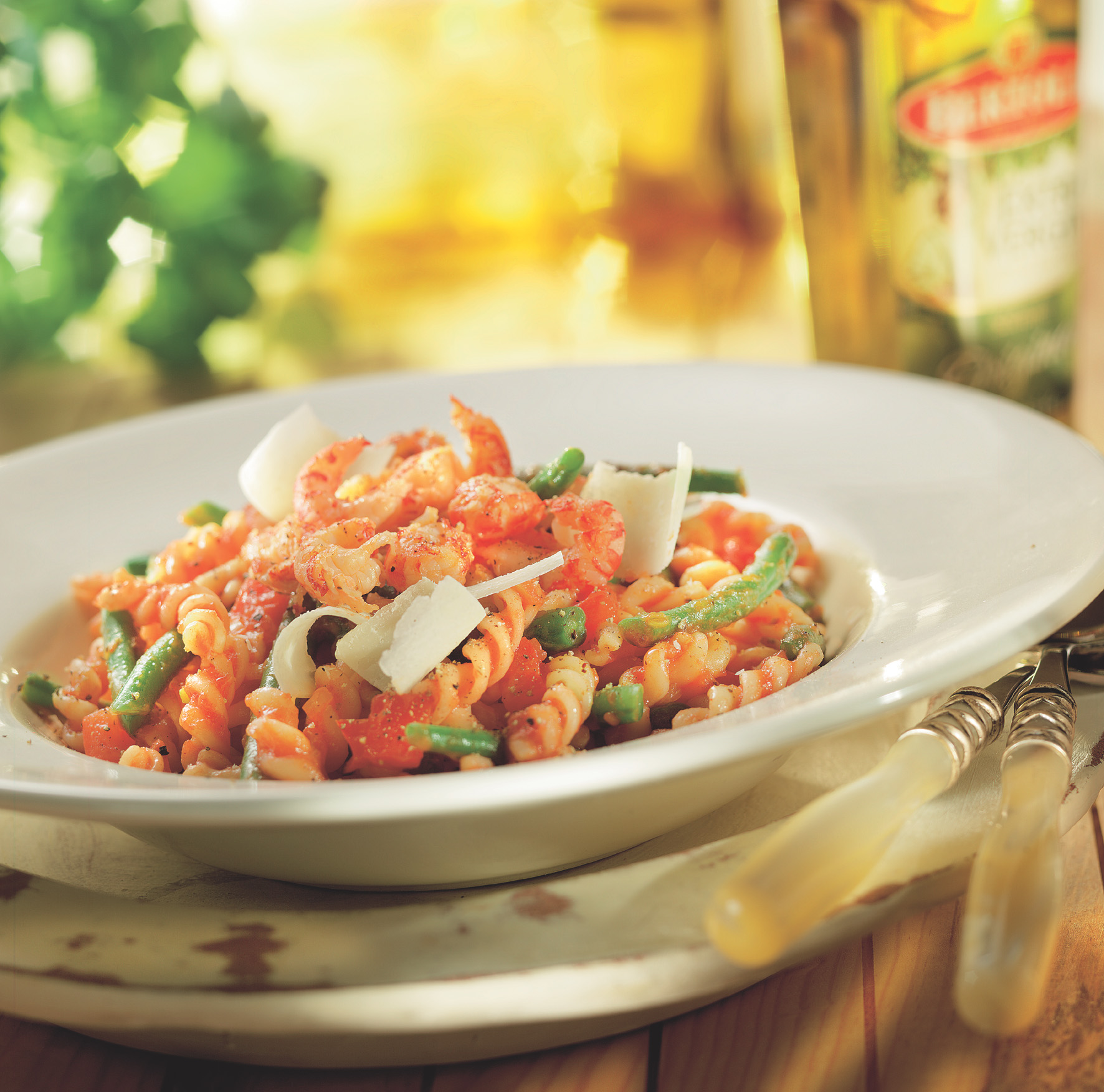 Fusilli met pittige tomatensaus, sperziebonen en garnalen