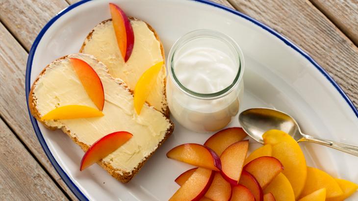desayuno de tostada con flora y ciruelas_730x410