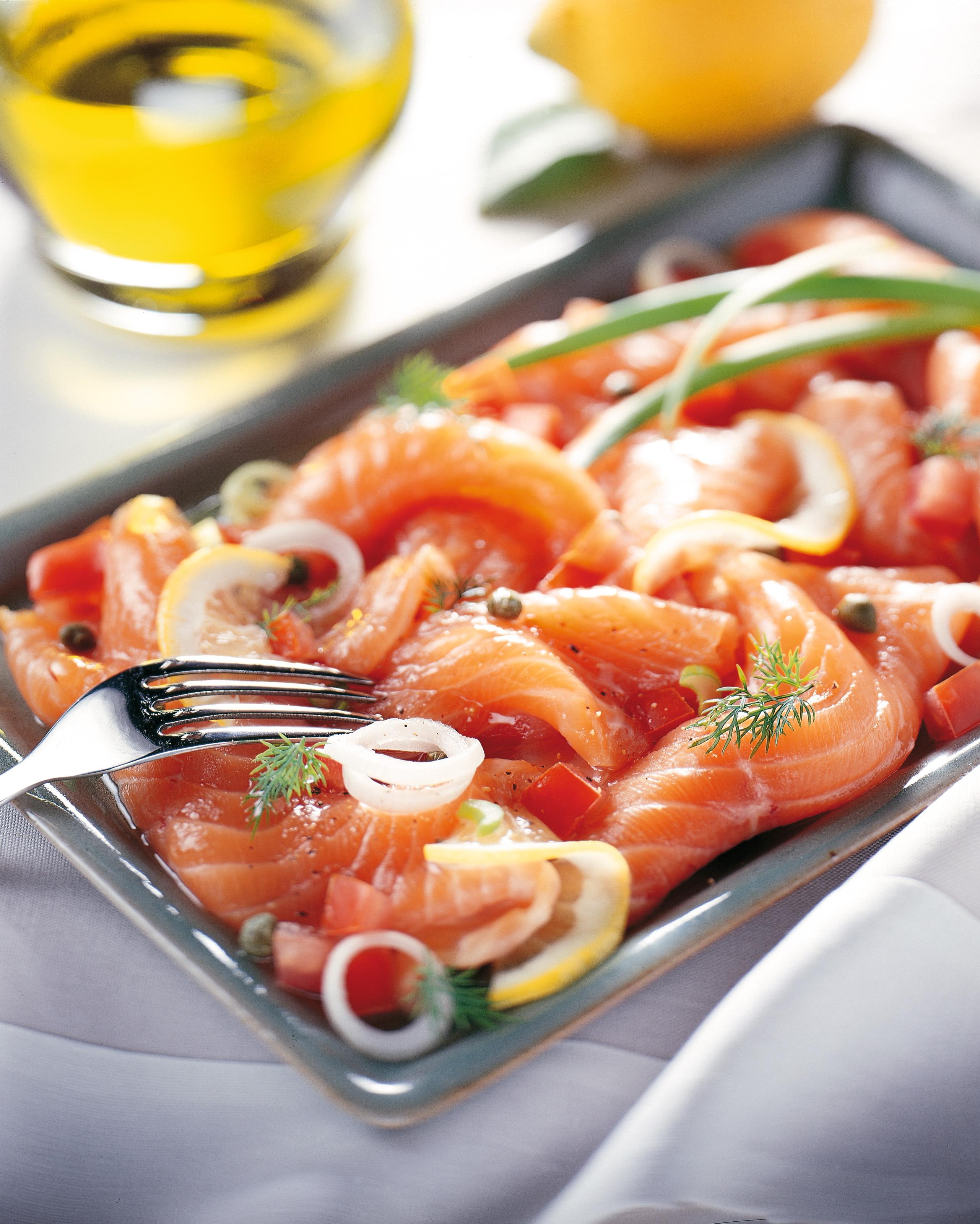 Zalmcarpaccio met tomaat en ui