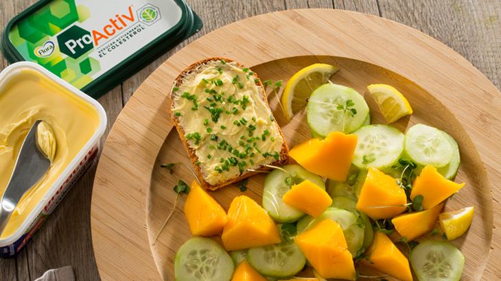 Ensalada de pepino y mango y tostada de ProActiv