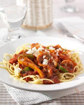 Kruidige pastasaus met paprika, feta en spaghetti