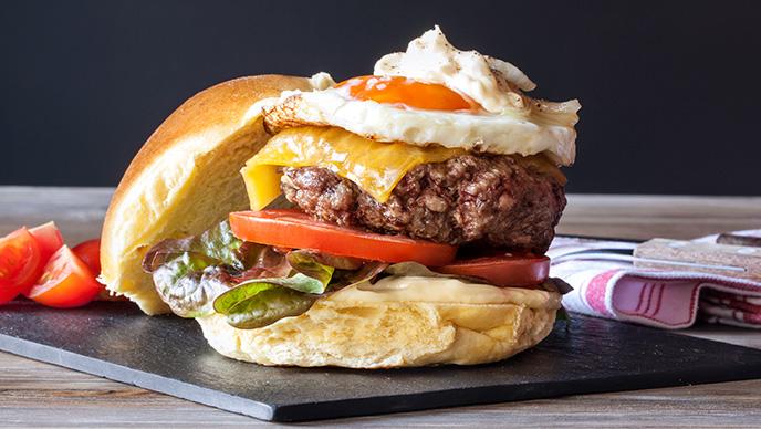 Cheeseburger com ovo estrelado
