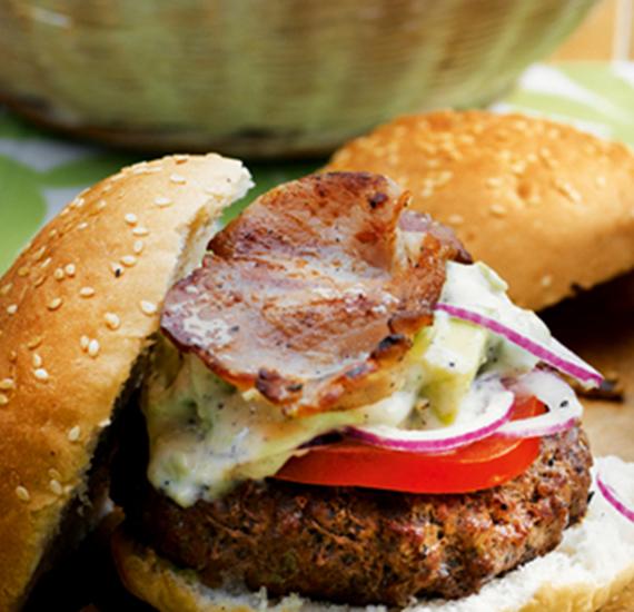 Hamburger met spek, tomaat, kaas en Hellmann's