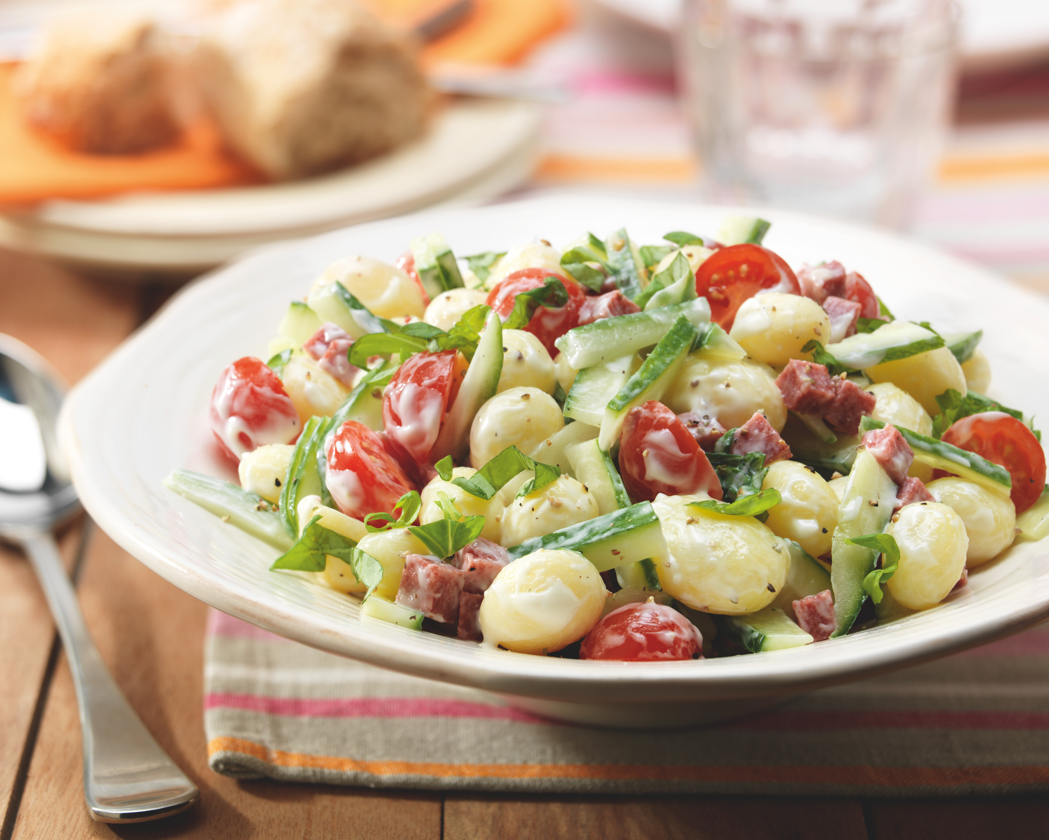 Aardappelsalade met komkommer, salami, basilicum en cherrytomaat
