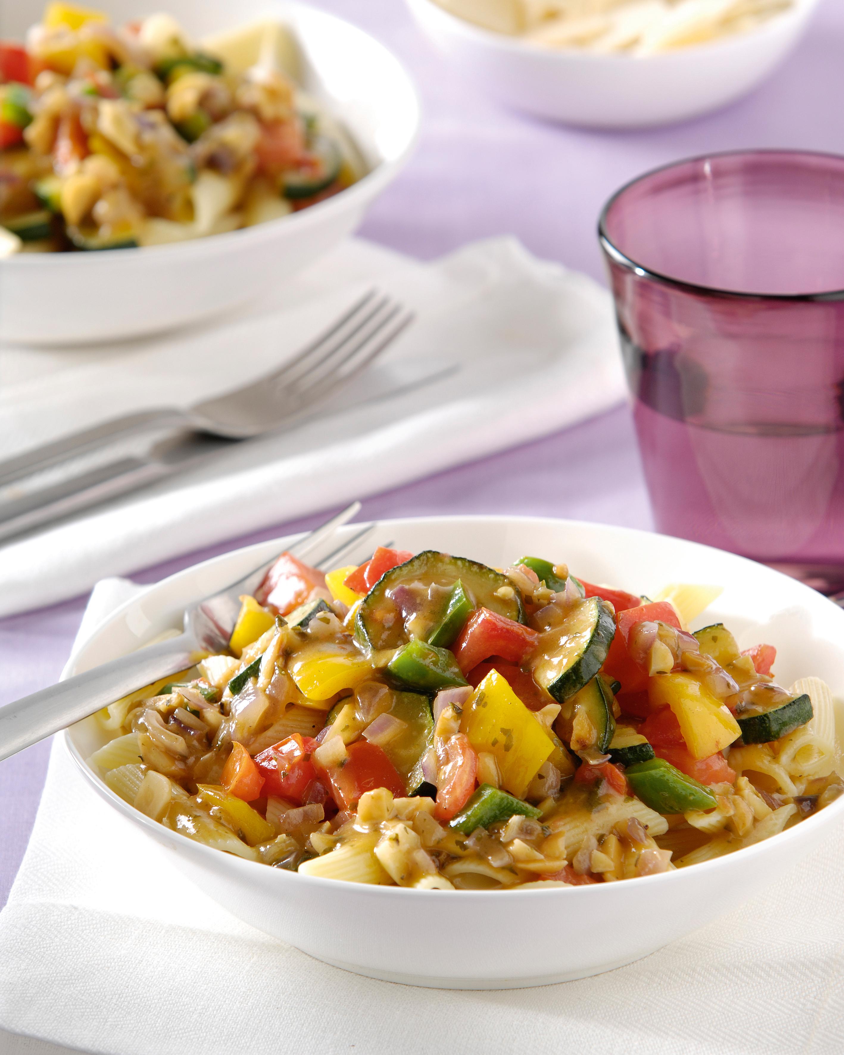Penne à l'italienne avec une sauce aux légumes et aux amandes