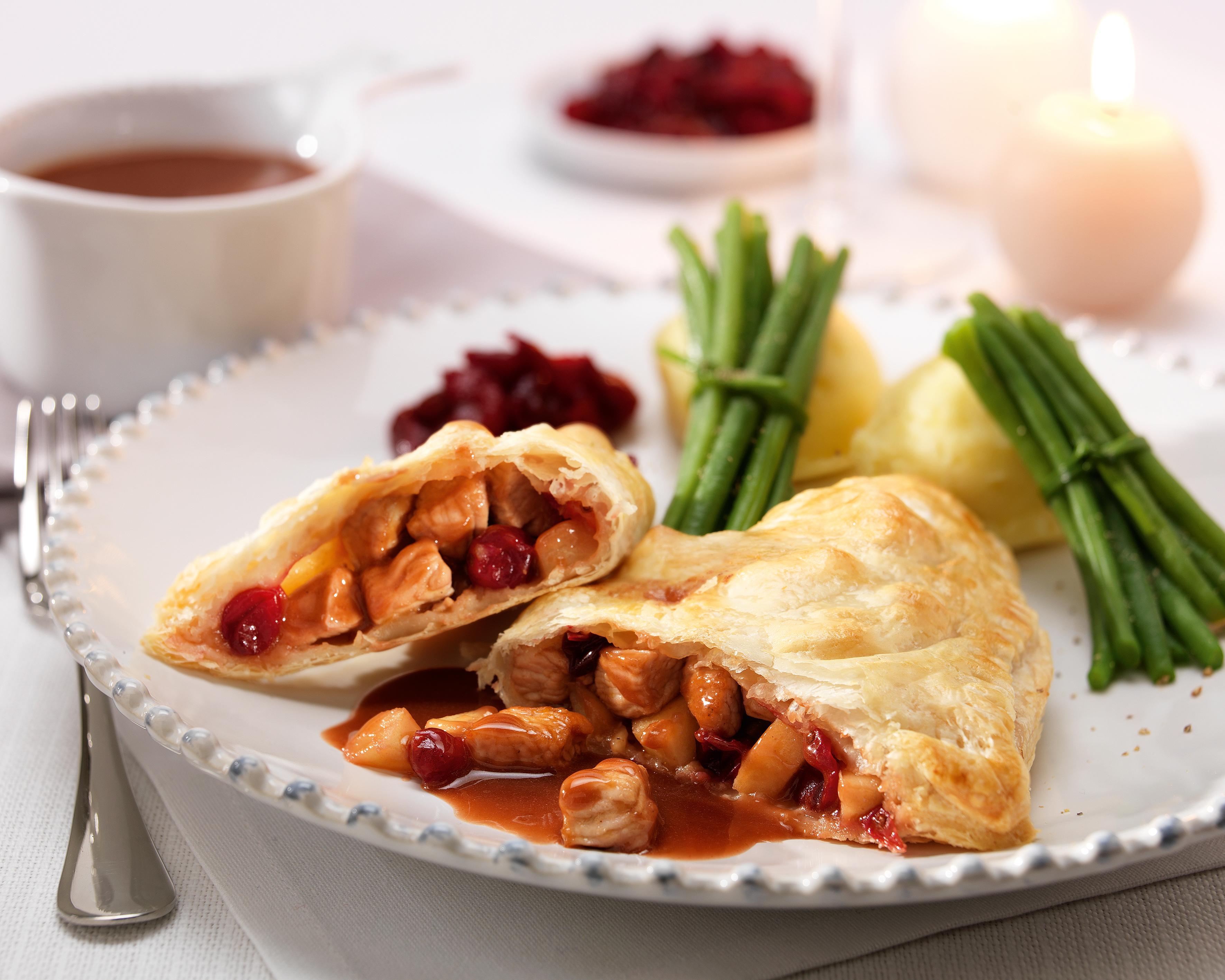 Feuilletés de dinde de Noël aux pommes et aux canneberges, sauce au vin rouge