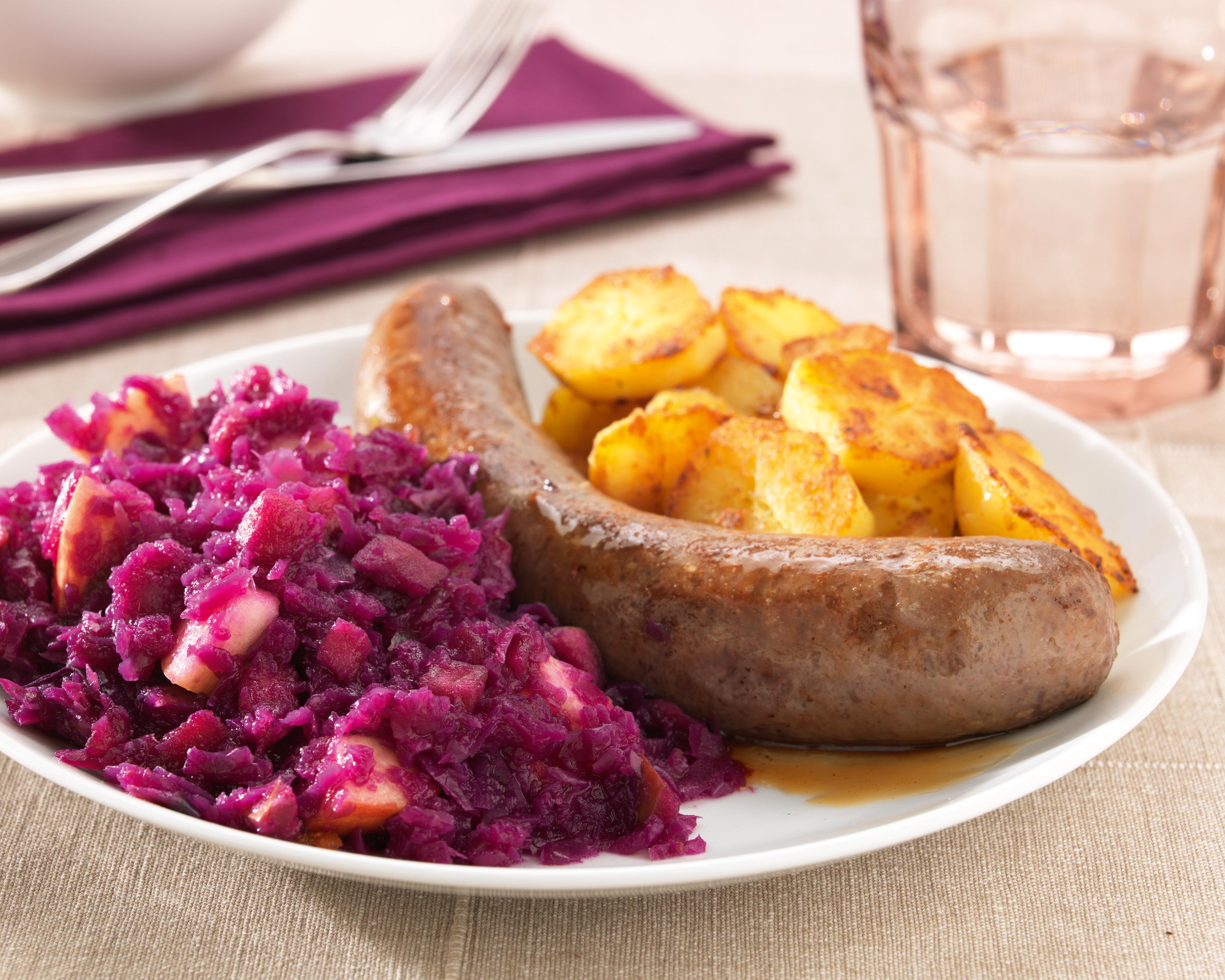 Chou rouge à la saucisse et pommes de terres cuites