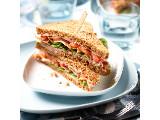 Sandwich BLT met bacon, leverpastei en tomaat.